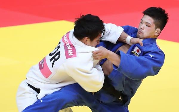 柔道男子73キロ級決勝で韓国選手を破り、金メダルを獲得した大野(右)=石井理恵撮影