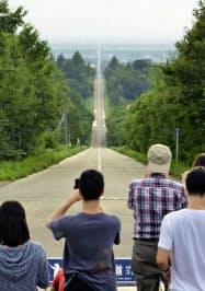 観光客らでにぎわう「天に続く道」の展望台(22日、北海道斜里町)=共同