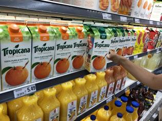 米国産のオレンジジュースなども値上げの対象になる(カナダ・オンタリオ州の食品スーパー)