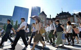 強い日差しの中、通勤する人たち(31日午前、東京・丸の内)=笹津敏暉撮影