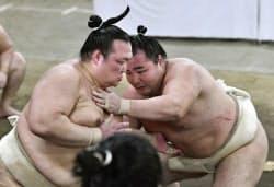稽古総見で汗を流す稀勢の里(左)と鶴竜(31日、両国国技館の相撲教習所)=共同