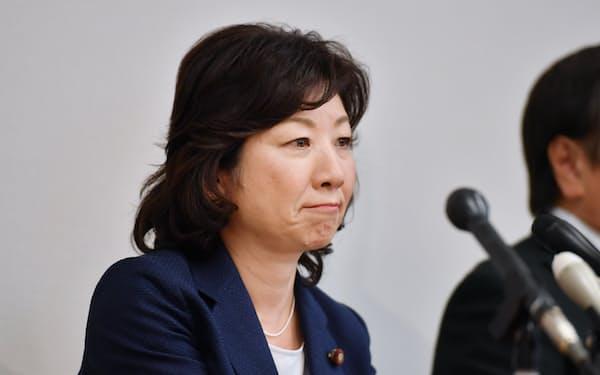 記者会見で自民党総裁選への不出馬を表明する野田総務相(31日午後、衆院第1議員会館)