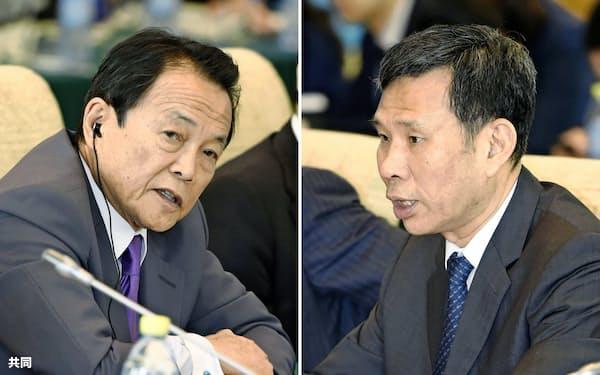 日中財務対話に臨む中国の劉昆財政相(右)と麻生財務相(31日、北京の釣魚台迎賓館)=共同