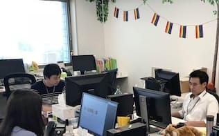 ライフネット生命保険には、LGBTを象徴するレインボーのフラッグが掲げられている(東京都千代田区)