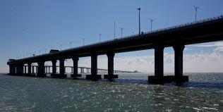 中国の大手銀行はインフラ向け融資を拡大する方針だ(建設中の港珠澳大橋)=ロイター