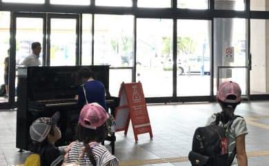 JR新鳥栖駅の構内に置かれたピアノ。誰でも自由に弾くことができる