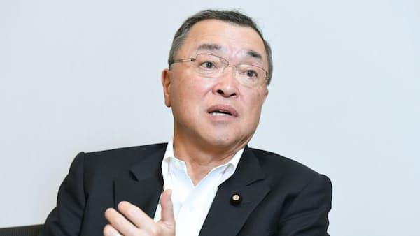 自動車税下げ「議論必要」自民税調会長インタビュー