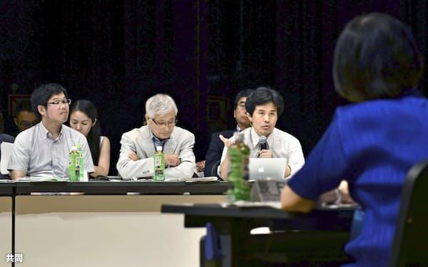 トリチウムを含む水の処分を巡り、公聴会で意見を述べる住民ら=8月30日、福島県富岡町