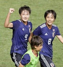 日本―中国の後半、決勝ゴールを決めガッツポーズする菅沢。右は岩渕(31日、パレンバン)=共同