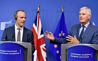 31日、ブリュッセルでの会合後に記者会見する英国のラーブEU離脱担当相(左)とEUのバルニエ首席交渉官=ロイター