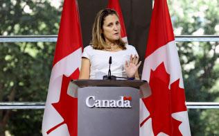 31日、記者会見するカナダのフリーランド外相=ロイター