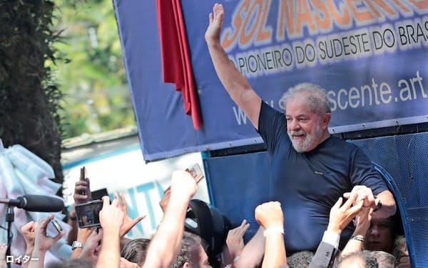 4月、支持者に手を振るブラジルのルラ元大統領(サンパウロ州)=ロイター