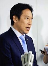 取材に応じるスポーツ庁の鈴木大地長官(1日午後、羽田空港)=共同
