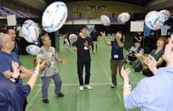 ラグビー体験をするW杯の大会ボランティア希望者ら(1日、大阪府東大阪市)=共同