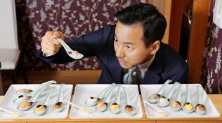 「にぎらな寿司」の開発に取り組む山本左近さん(愛知県豊橋市)=上間孝司撮影