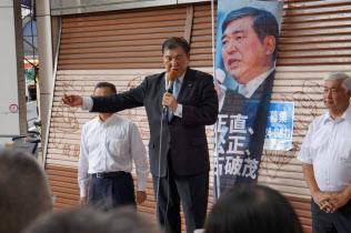 街頭演説する自民党の石破茂元幹事長(2日、高知市内)