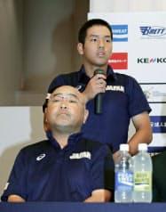 記者会見で抱負を語る高校日本代表主将の中川。手前は永田監督(2日、宮崎市)=共同