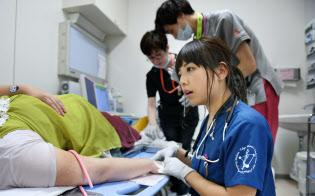 救命救急センターで働く市丸梓医師(東京都新宿区の東京女子医大病院)