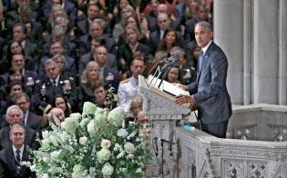 マケイン氏の葬儀であいさつするオバマ前大統領(1日、ワシントン)=ロイター