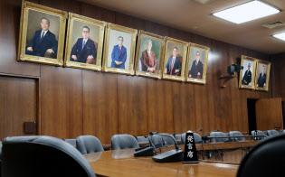 委員室の壁面に並ぶ、永年在職表彰を受けた議員の肖像画(国会内)