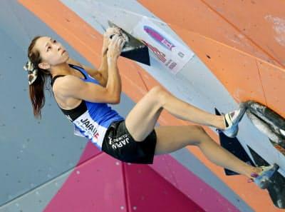 ボルダリングは5メートル以下の壁に設定されたコースで登れた回数を競う(写真は野口)=共同