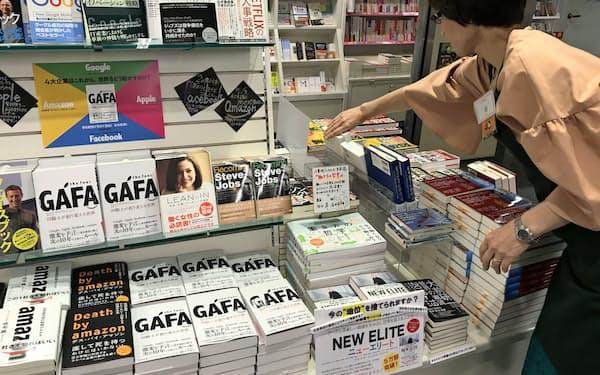 内容の濃さや著者のプロフィルを書店で見比べるのも良い(東京都中央区の八重洲ブックセンター本店)