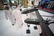 ドローン(小型無人機)が並ぶ兵器展示会(2017年10月、バーレーン)=ロイター
