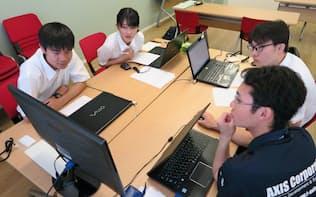 インターン先のアクシスで業務について説明を受ける大学生
