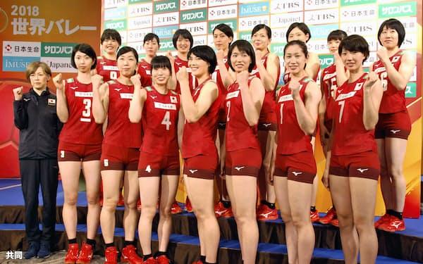 記者会見でポーズをとるバレーボール女子日本代表の中田久美監督(左端)と選手ら(3日、東京都千代田区)=共同