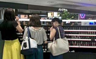 ブランド化粧品を持つことの安心感が若者の間で高まっている