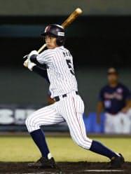 香港戦の3回、根尾が適時二塁打を放ち、サイクル安打を達成(3日、サンマリン宮崎)=共同