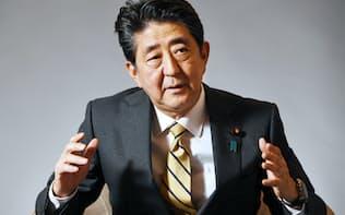 インタビューに答える安倍首相(3日、首相官邸)