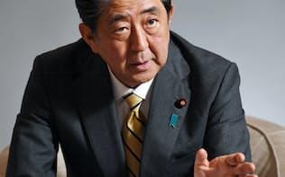 インタビューに答える安倍首相(3日午後、首相官邸)