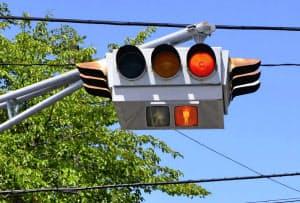 仙台市内に設置されている「懸垂型交通信号灯器」(8月17日)=共同
