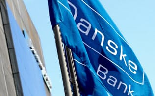 エストニアの支店の前に翻るダンスケ銀行の旗=ロイター