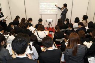 2020年卒学生の就職活動は早くも始まっている(5月、東京都世田谷区)