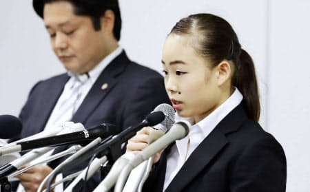 コーチからの暴力を巡る問題で、8月29日に記者会見する宮川選手(右)=共同