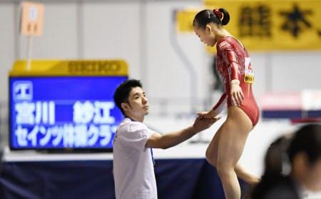 全日本種目別選手権に出場した宮川選手と速見コーチ(2016年6月)=共同