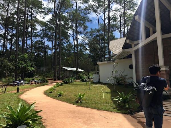 敷地の中に校舎や学生寮が点在するカンボジア・キリロム工科大学(撮影 小平龍四郎)