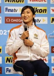 東京都内で記者会見する競泳の池江璃花子(4日午後、都内)=共同