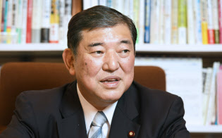 インタビューに答える自民党の石破茂元幹事長(4日午前、東京・永田町)