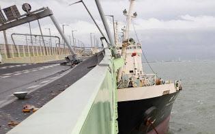 関空連絡橋に衝突したタンカー(4日午後)=関西空港海上保安航空基地提供・時事