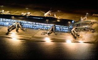 台風21号の影響で浸水した関西国際空港=9月4日午後7時18分(共同通信社ヘリから)