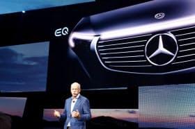 新型EV「EQC」を発表するダイムラーのディーター・ツェッチェ社長(4日、ストックホルム)