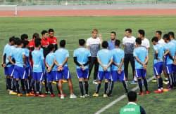カンボジア代表の練習で指示を出す本田圭佑選手=中央(4日、プノンペン)=共同