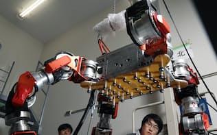 特殊な4本の脚を操り、自分と同じ高さの段差も越えられる災害救助ロボット「WAREC-1」。脚の先端部分で細かな作業もこなす(東京都新宿区の早稲田大)=沢井慎也撮影