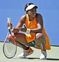 女子シングルス準々決勝 ミスショットでしゃがみ込むスローン・スティーブンス(4日、ニューヨーク)=AP