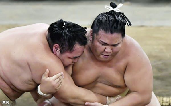 8月31日の稽古総見で汗を流す御嶽海(右)と鶴竜=共同