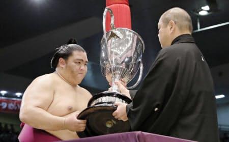 名古屋場所で初優勝を果たし、八角理事長(右)から賜杯を受け取る関脇御嶽海=共同