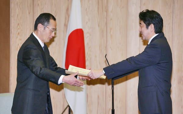 安倍首相から感謝状を受け取る京大の山中教授(2013年1月、首相官邸)